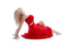 Frau im Rot sitzen auf einem Weiß Stockfoto