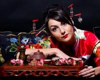 Frau im roten asiatischen Kostüm Lizenzfreie Stockbilder