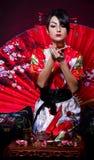 Frau im roten asiatischen Kostüm Stockbilder