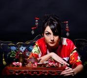 Frau im roten asiatischen Kostüm Stockfotografie