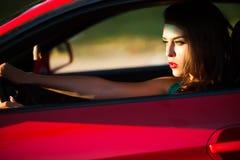 Frau im roten Auto Stockbilder