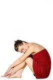 Frau im roten Bad-Tuch lizenzfreie stockbilder