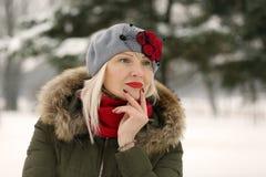 Frau im roten Barettgelbfilter Lizenzfreies Stockfoto
