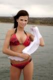 Frau im roten Bikini mit weißem Sarong Lizenzfreie Stockfotos