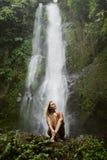 Frau im roten Bikini und im Wasserfall Stockfoto