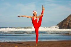 Frau im roten Handeln spaltet sich auf dem Strand auf Stockfotos