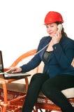 Frau im roten harten Hut mit dem Laptop Stockfotos