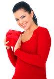 Frau im roten Holding-Geschenk lizenzfreie stockbilder
