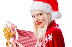 Frau im roten Hut mit geöffneter Geschenkbox Stockfotografie