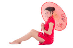 Frau im roten Japanerkleid mit dem Regenschirm lokalisiert auf Weiß Lizenzfreie Stockbilder