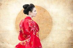 Frau im roten Kimono Lizenzfreies Stockfoto