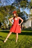 Frau im roten Kleid lizenzfreies stockbild