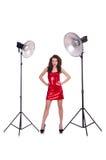 Frau im roten Kleid, das im Studio aufwirft Lizenzfreie Stockfotos