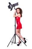 Frau im roten Kleid, das im Studio aufwirft Stockbilder