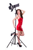 Frau im roten Kleid, das im Studio aufwirft Stockfoto