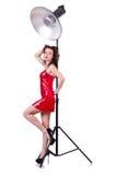 Frau im roten Kleid, das im Studio aufwirft Lizenzfreies Stockfoto