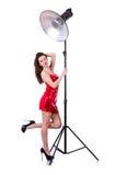 Frau im roten Kleid, das im Studio aufwirft Lizenzfreie Stockbilder