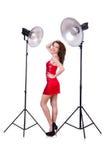 Frau im roten Kleid, das im Studio aufwirft Lizenzfreie Stockfotografie