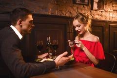 Frau im roten Kleid macht Bild von ihrem Mann am Telefon Lizenzfreies Stockfoto