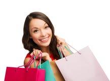 Frau im roten Kleid mit Einkaufstaschen Stockfoto