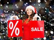 Frau im roten Kleid mit Einkaufstaschen Lizenzfreie Stockbilder