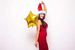 Frau im roten Kleider- und Sankt-Weihnachtshut mit Goldsternförmigem Ballon Lizenzfreies Stockfoto