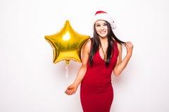 Frau im roten Kleider- und Sankt-Weihnachtshut mit Goldsternförmigem Ballon Stockfoto