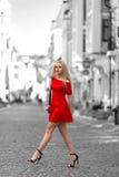 Frau im roten Kleidergehen im Freien stockfoto