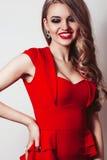 Frau im roten Kleiderporträt lokalisiert auf weißem Hintergrund Stockfotografie