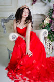 Frau im roten langen Kleid lizenzfreies stockbild