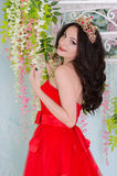 Frau im roten langen Kleid lizenzfreie stockfotos