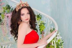 Frau im roten langen Kleid Lizenzfreie Stockbilder