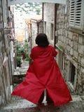 Frau im roten Mantel Lizenzfreie Stockfotos