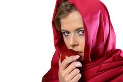 Frau im roten Schal mit Apfel Lizenzfreie Stockbilder