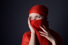 Frau im roten Schleierfoto Lizenzfreie Stockfotos