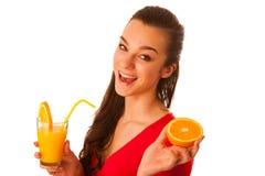 Frau im roten T-Shirt Orangensaft trinkend Lizenzfreies Stockfoto