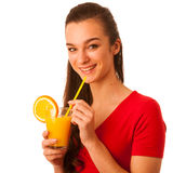Frau im roten T-Shirt Orangensaft trinkend Stockfotografie