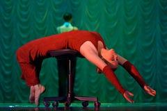 Frau im roten Tanzen auf Stadium stockfotos