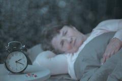Frau im Ruhestand, die Schlafproblem hat stockfoto