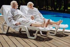Frau im Ruhestand mit den hellen roten Lippen, die ihren Ehemann betrachten Lizenzfreies Stockbild