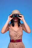 Frau im Safarihut, der durch Binokel schaut lizenzfreie stockbilder