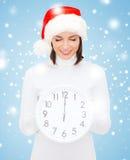 Frau im Sankt-Helferhut mit der Uhr, die 12 zeigt Lizenzfreie Stockfotografie