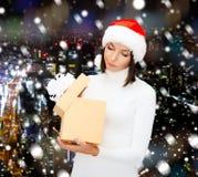 Frau im Sankt-Helferhut mit Geschenkbox Stockfotografie