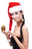 Frau im Sankt-Hut mit dem Weihnachtsgeschenklächeln Lizenzfreies Stockfoto