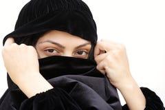 Frau im Schalbedeckunggesicht Stockfotos