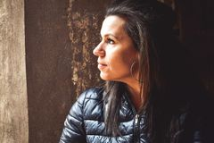Frau im Schatten Stockbilder