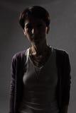 Frau im Schatten des Lichtes stockfotografie