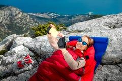 Frau im Schlafsack auf dem Berg Lizenzfreie Stockbilder