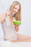 Frau im Schlafzimmerholdinglöffel und -platte Stockfotografie