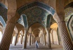 Frau im Schleier, der durch Shabestan von Vakil-Moschee in Shiraz überschreitet Lizenzfreies Stockbild